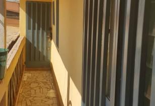 Studios tokoss, à louer au quartier MMBOMAN à l'étage en bordure de route. Juste quelques refections à faire.
