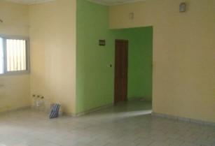 Appartement  propre avec eau chaude, à louer à ETOUG EBE, à 50m de la route