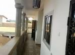 Belle chambre classe, avec cuisine, et placards, à louer à Nkoabang à l'étage.