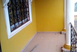 Bel appartement , propre de 2 chambres et 2 douches à louer à Nkoabang à l'étage
