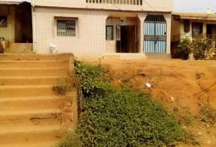 Duplex d' une superficie de 176m2 titré à vendre à Mimboman, en bordure de route