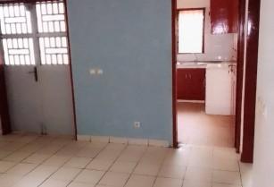 Appartement en bordure de route a Kondengui. 2 chambres 1 douche